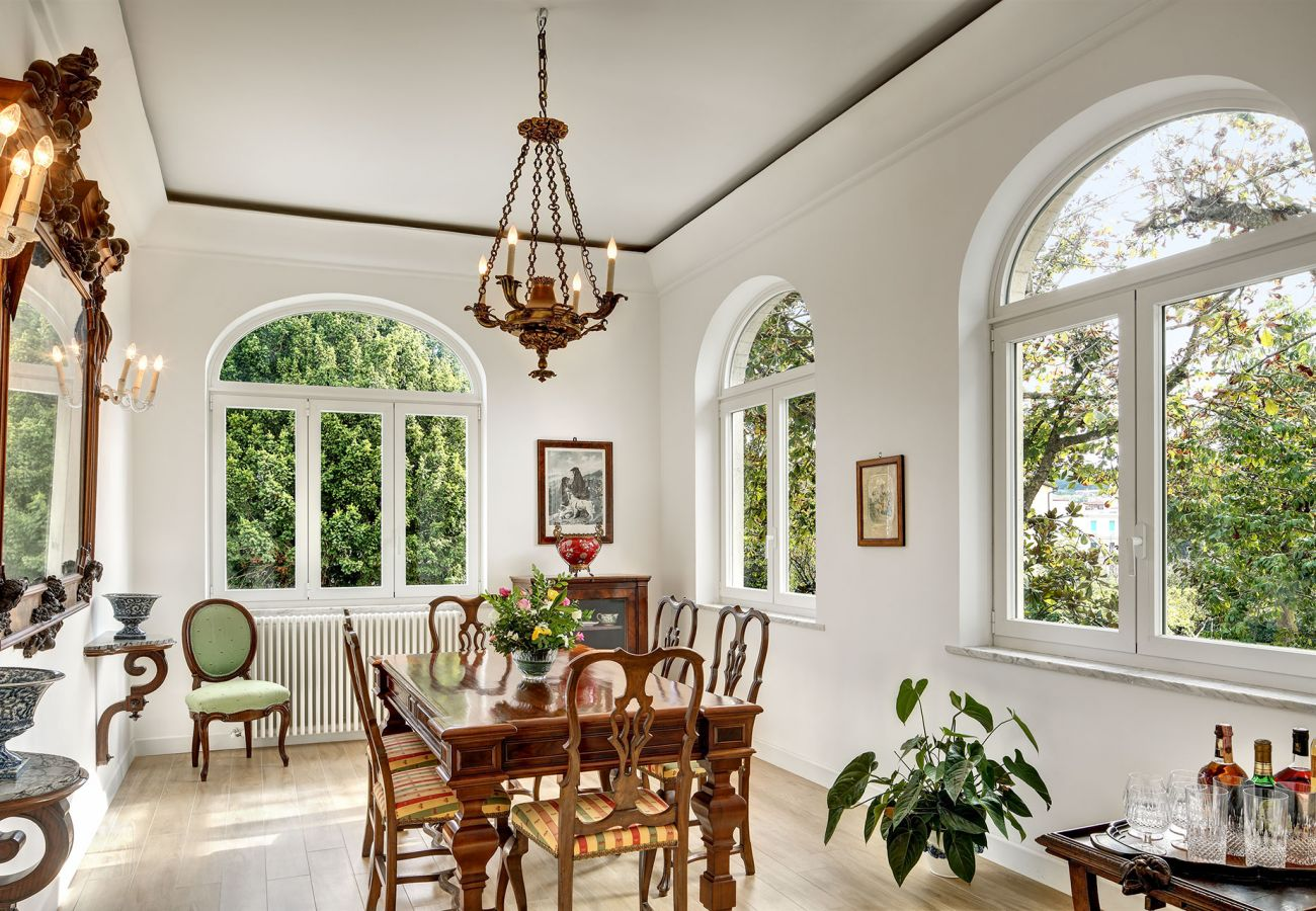 bright dining room, vacation villa la casa bianca, massa lubrense, italy
