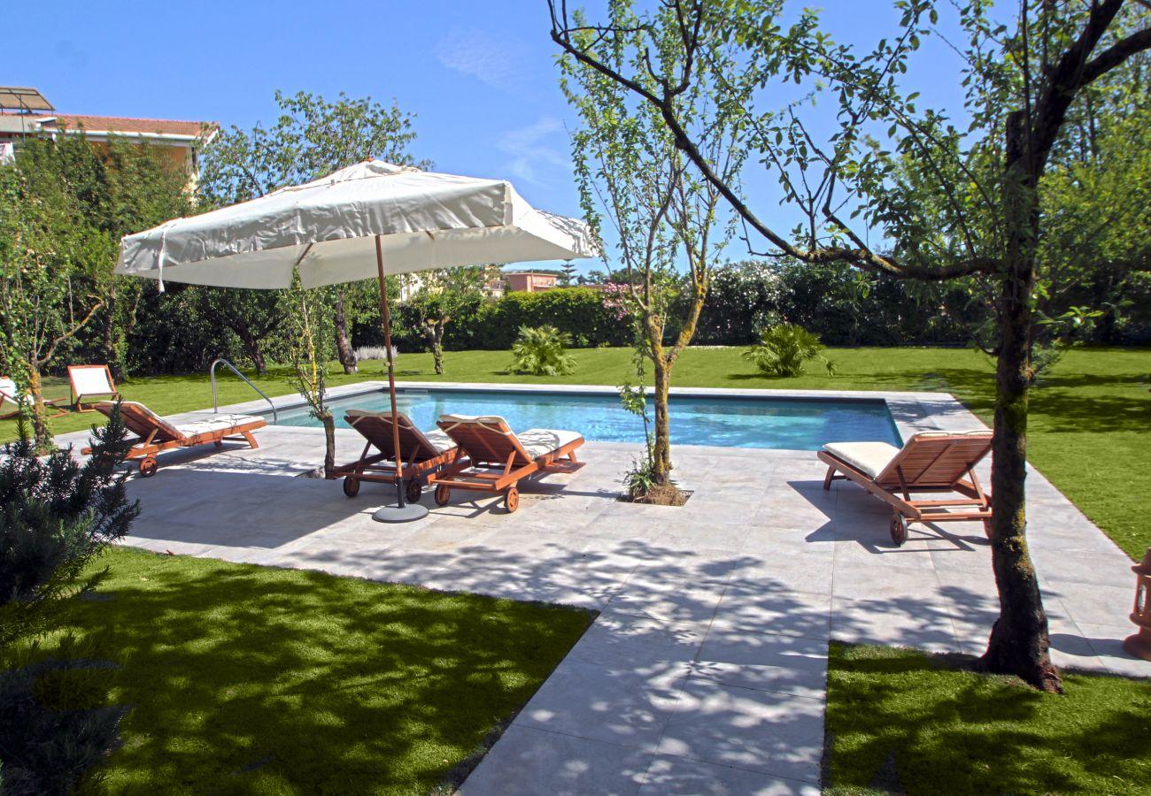 swimming pool and garden, with solarium, sunbeds and sun umbrella, la casa bianca, italy