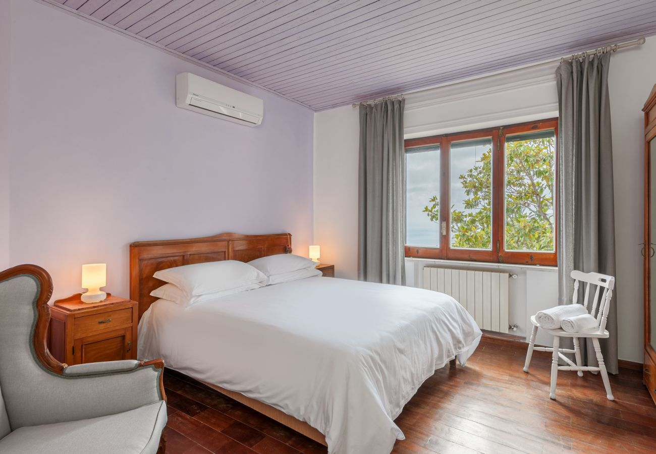 wide double bedroom, air conditioner, wide window, villa alfonsina, massa lubrense, italy