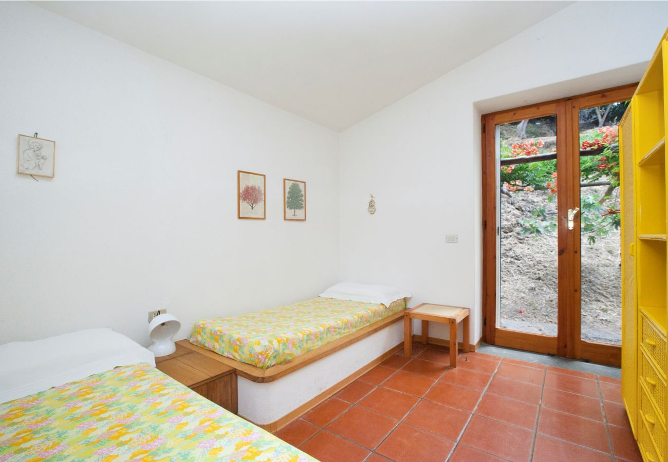 twin bedroom with outer patio, holiday villa sterlizia, massa lubrense, italy