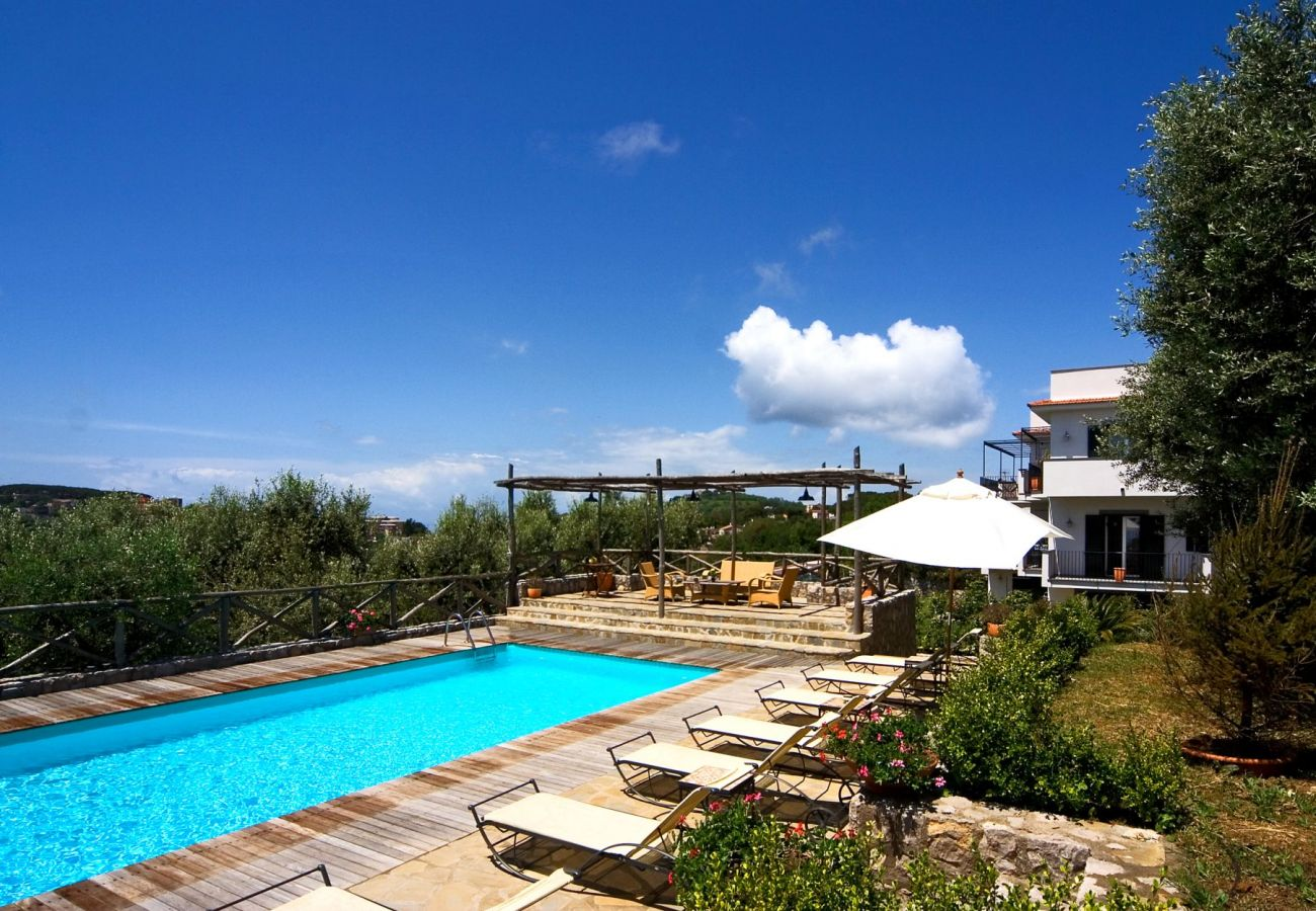 swimming pool and wide solarium with sun beds, holiday apartment figaro, sant'agata sui due golfi, italy