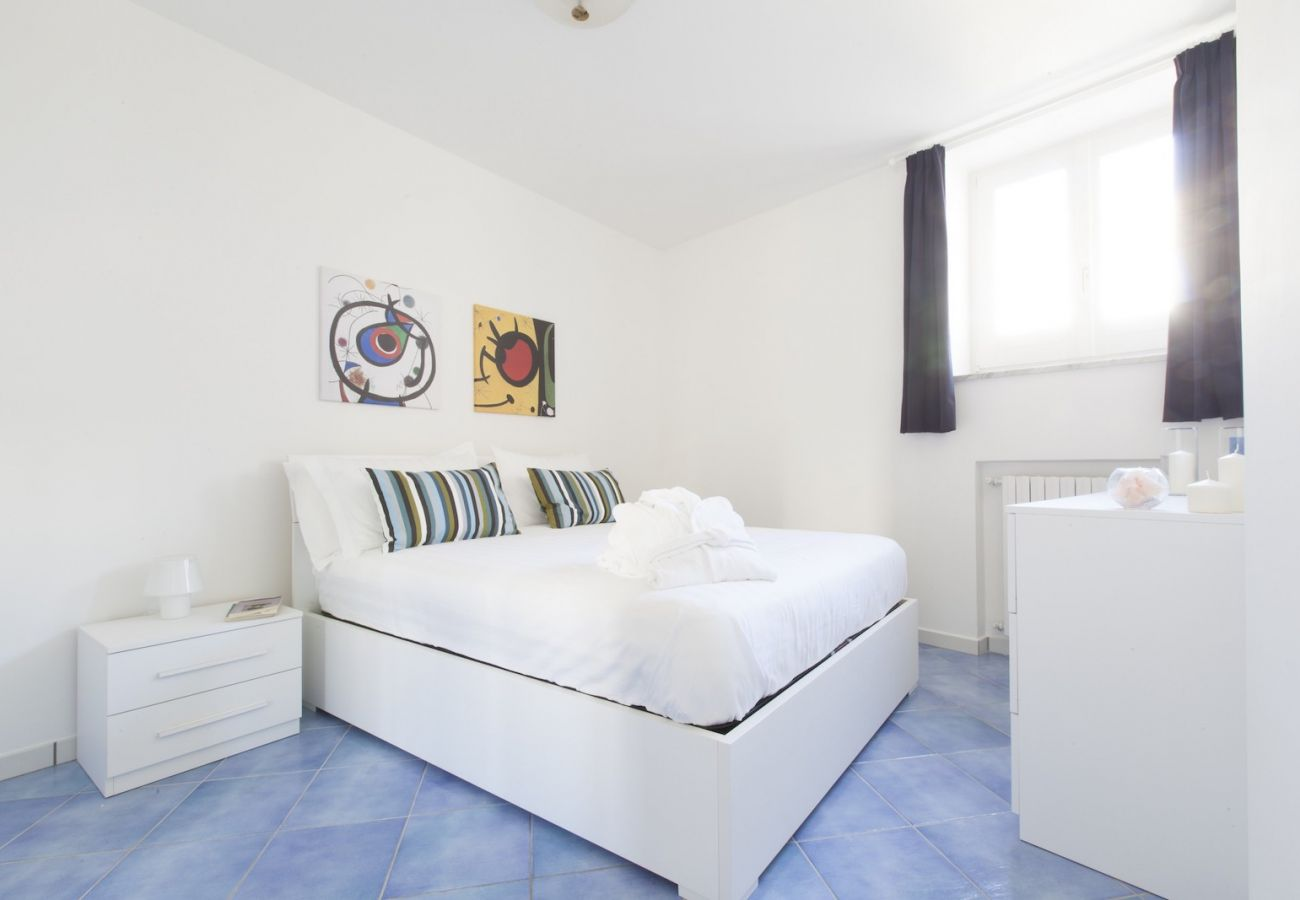 bright double bedroom with window, tetto bianco apt
