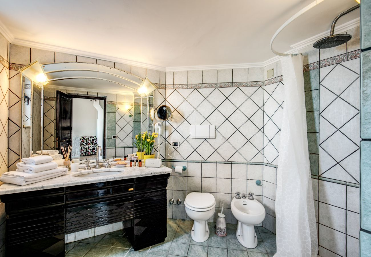 fully equipped classic bathroom
