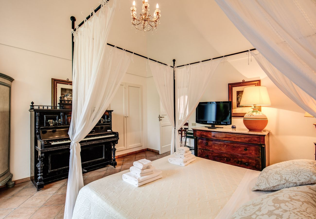 bedroom with canapy double bed, villa cartenì